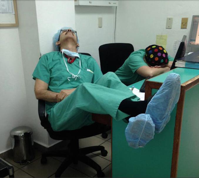 Resultado de imagem para Foto: médicos e enfermeiros cansados