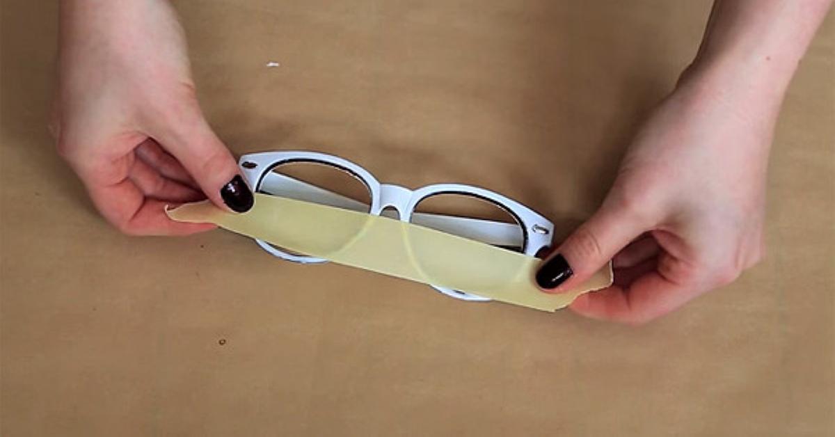 b4c054834 Com estes truques, óculos baratos vão parecer uma peça de um designer de  moda.