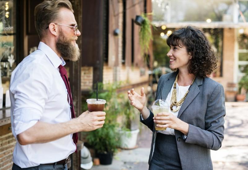 homem e mulher tomando algo fresco