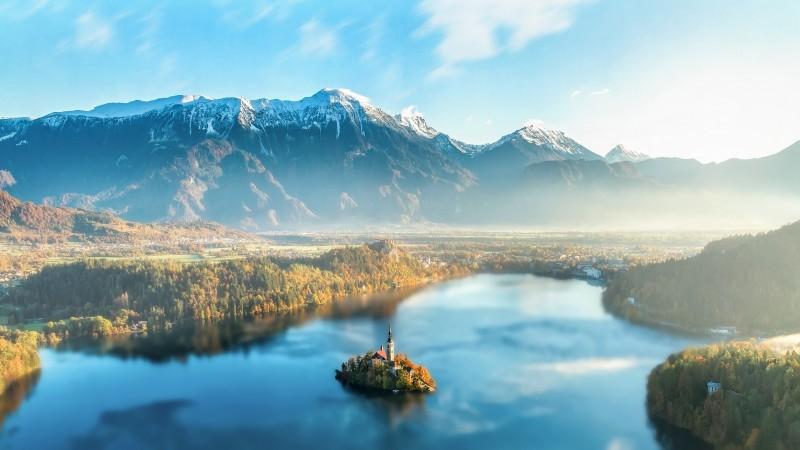 Paisagem de lago e montanhas