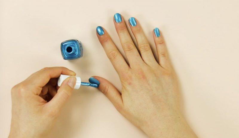 Unhas com esmalte azul claro