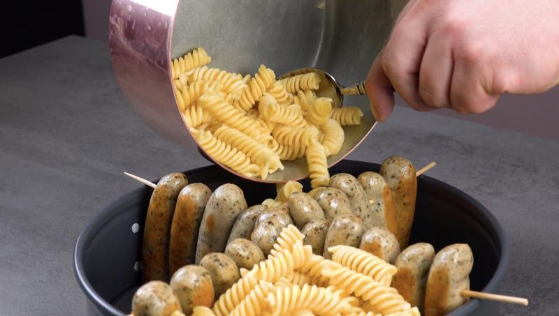 Coloque o macarrão na forma junto com as salsichas