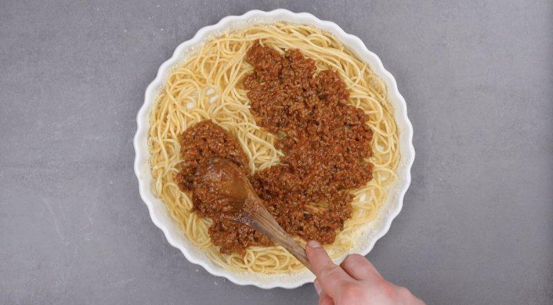 Espalhe o molho sobre o espaguete