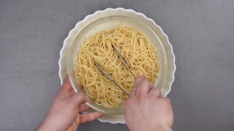 Adicione o espaguete cozido