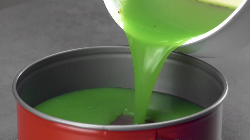 Coloque a gelatina de kiwi na forma