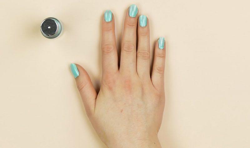 Esmalte azul claro nas unhas