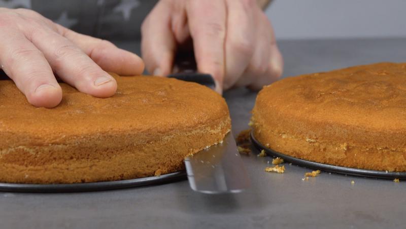 Corte o bolo pronto horizontalmente em 4 fatias