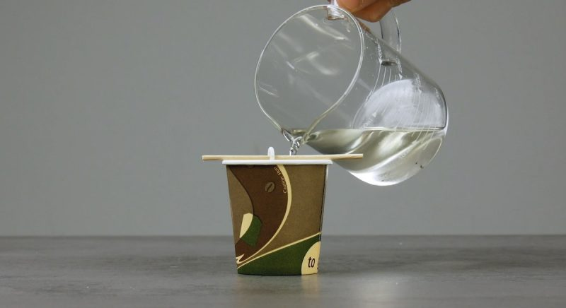 Cera derretida, com óleo essencial, despejada no copo