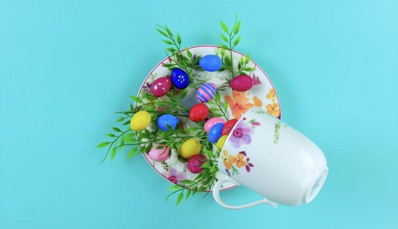 Ovos pintados e colados no pires, xícara e garfo