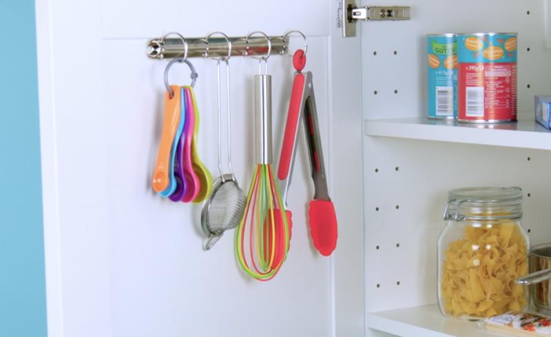 Clipes de fichário colados na porta do armário