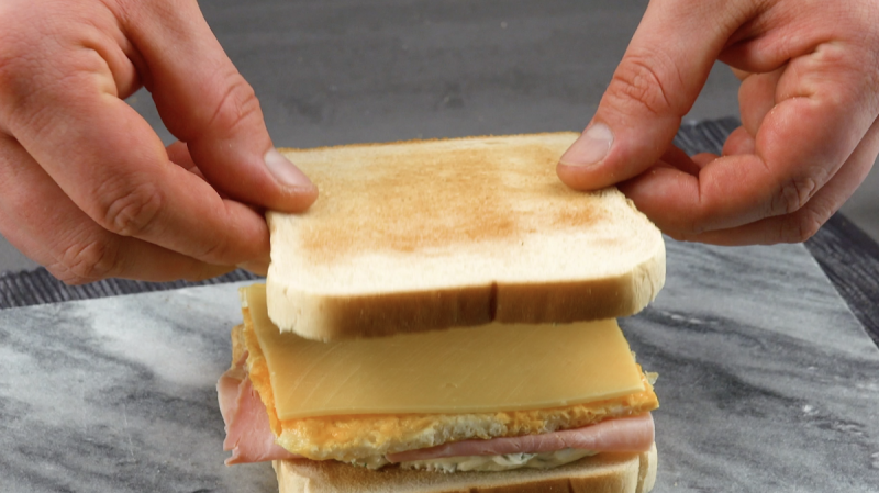 Sanduíche de cream cheese, queijo, omelete e presunto
