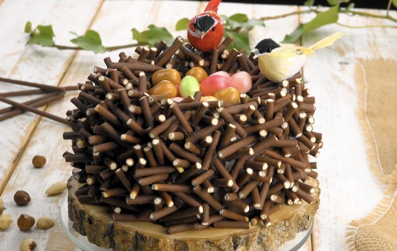 Bolo ninho com palitos de chocolate