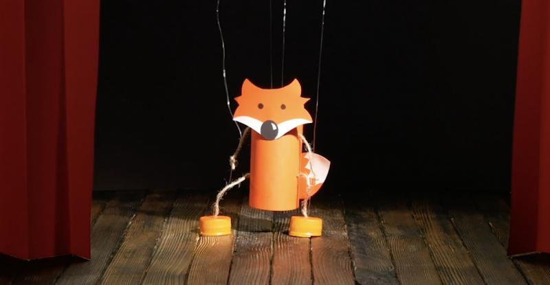 Marionete feita com papel e rolo de papel higiênico