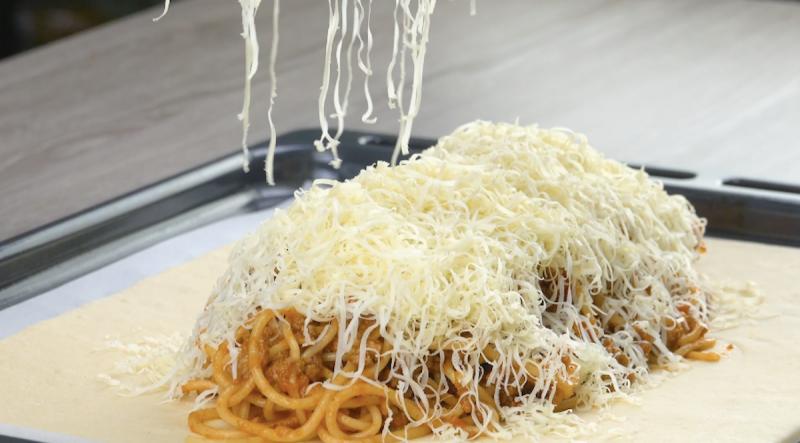 Queijo ralado por cima do espaguete