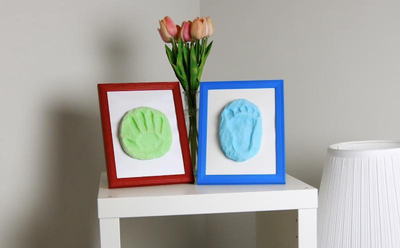 Moldes com pegada e marca de mão emoldurados