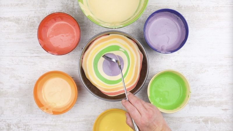 Despeje as massas coloridas intercaladas com massa branca