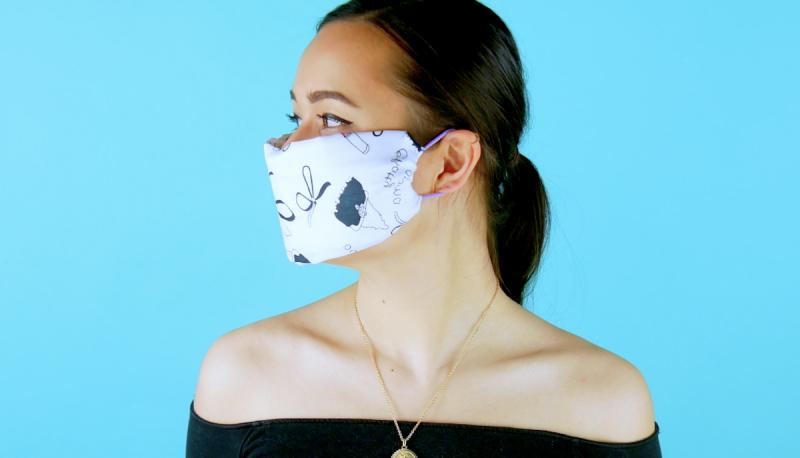 Máscara de tecido presa com elásticos de cabelo