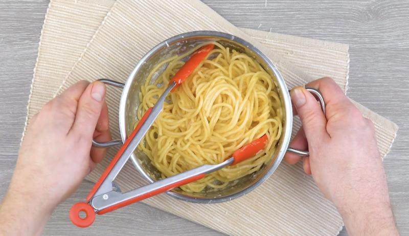 Espaguete cozido em água e sal
