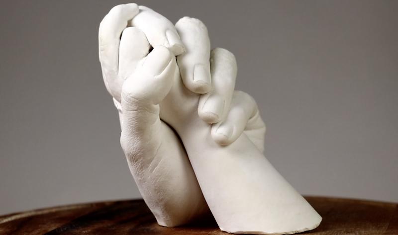 escultura de gesso de maos