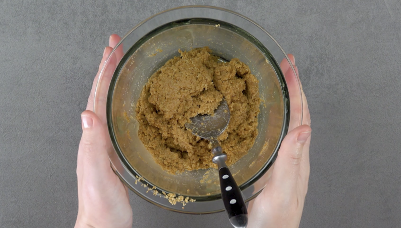 Biscoitos triturados e misturados com leite para a base