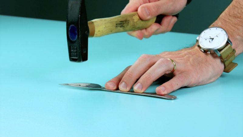 Martelando o garfo para deixá-lo reto