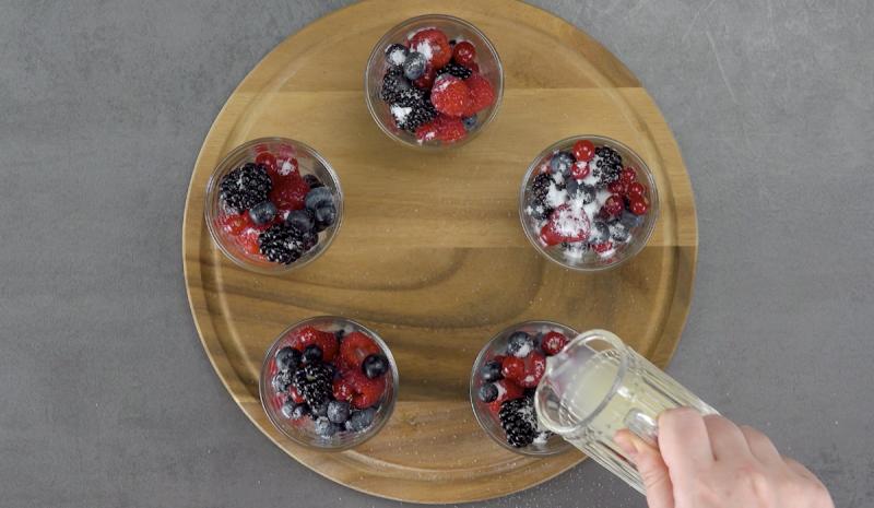 Copos com frutas vermelhas, açúcar e suco de limão