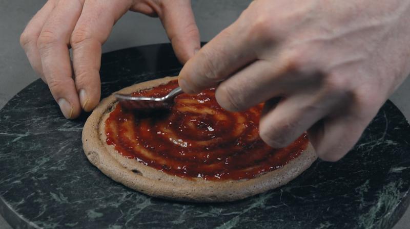 Geleia de framboesa caseira espalhada sobre espiral de merengue