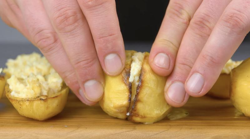 Una as metades das batatas