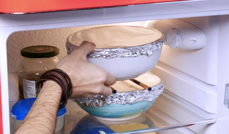 Tigelas sem tampa empilhadas na geladeira