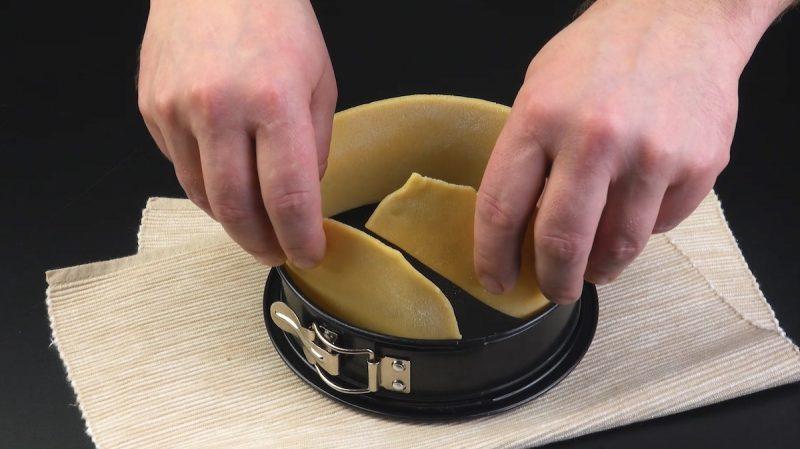 Coloque a tira de massa na forma