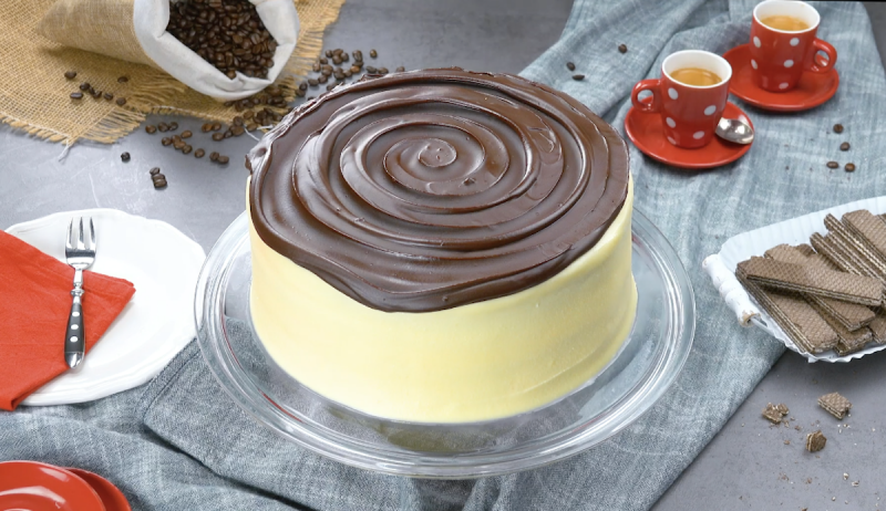 Bolo pronto coberto com espiral de chocolate