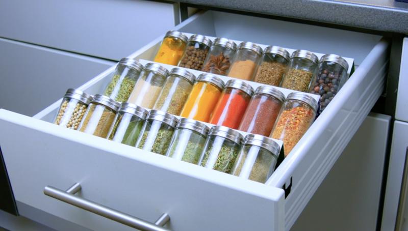 Frascos de temperos arrumados na gaveta por caixas de cereais