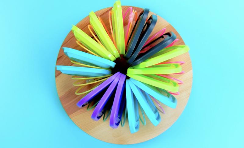 Mola de plástico com tampas de tupperware organizadas