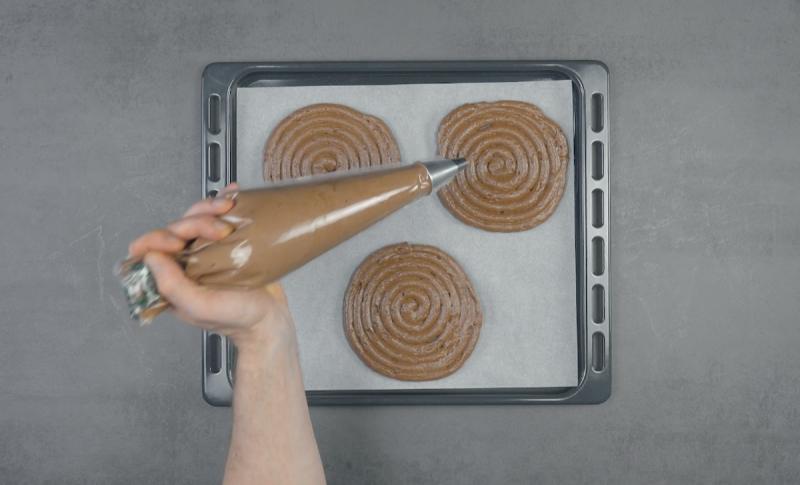 Espiral de massa de chocolate sobre tabuleiro