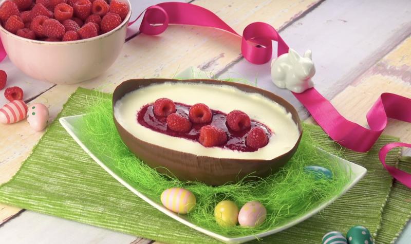 Ovo de chocolate recheado com geleia e frutas