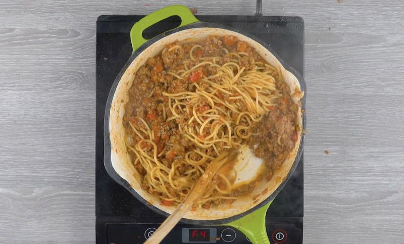Carne moída refogada com espaguete