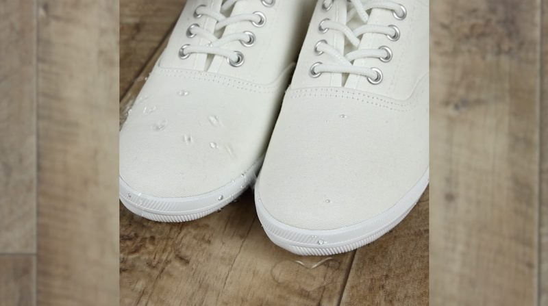 Derrame água sobre os sapatos para testar
