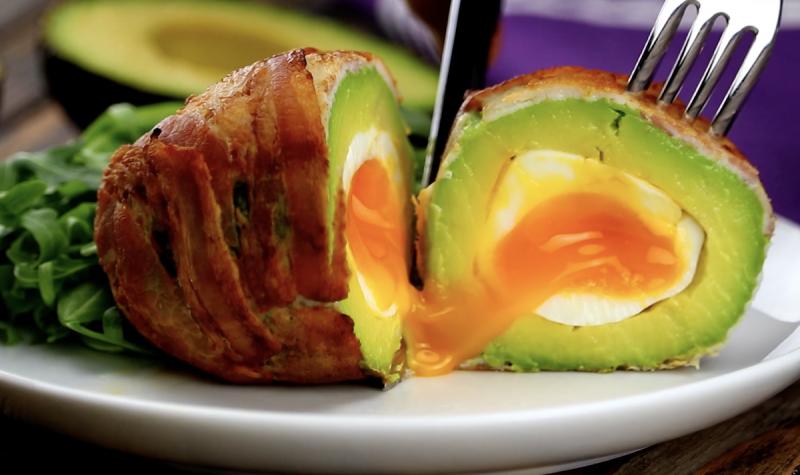 Abacate coberto com bacon e recheado com ovo pochê