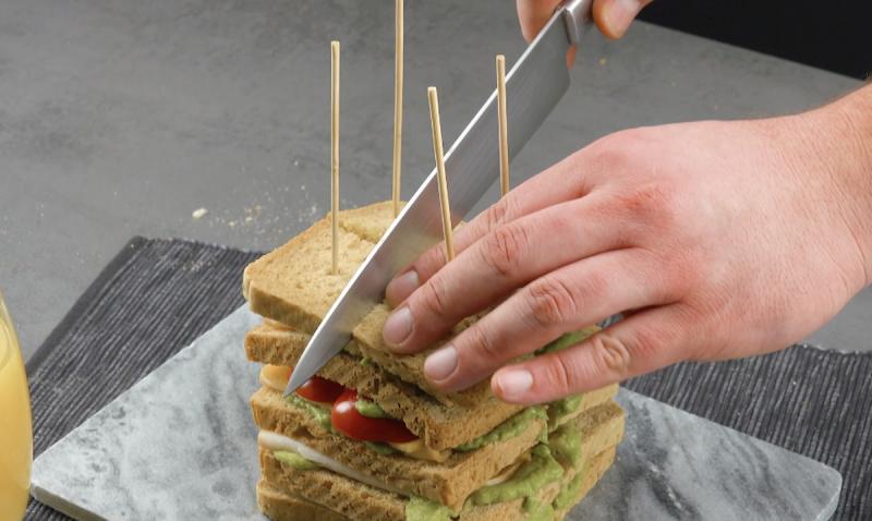 Sanduíche com 4 espetos cortado em 4 pedaços