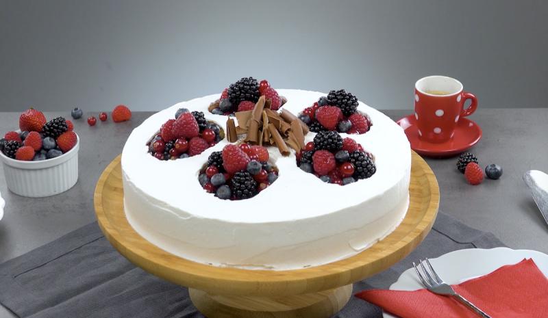 Bolo de frutas vermelhas com biscoitos, gelatina e cream cheese