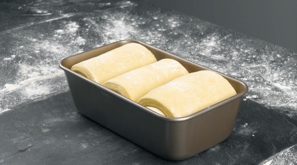 Rolos de massa recheada em forma de pão