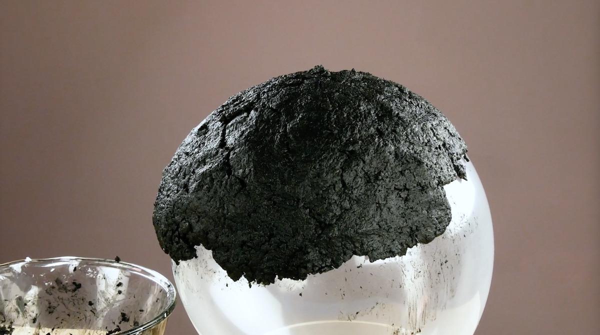 papel higiênico com tinta preta sobre um balao