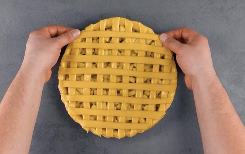 Torta de maçã com grade de massa