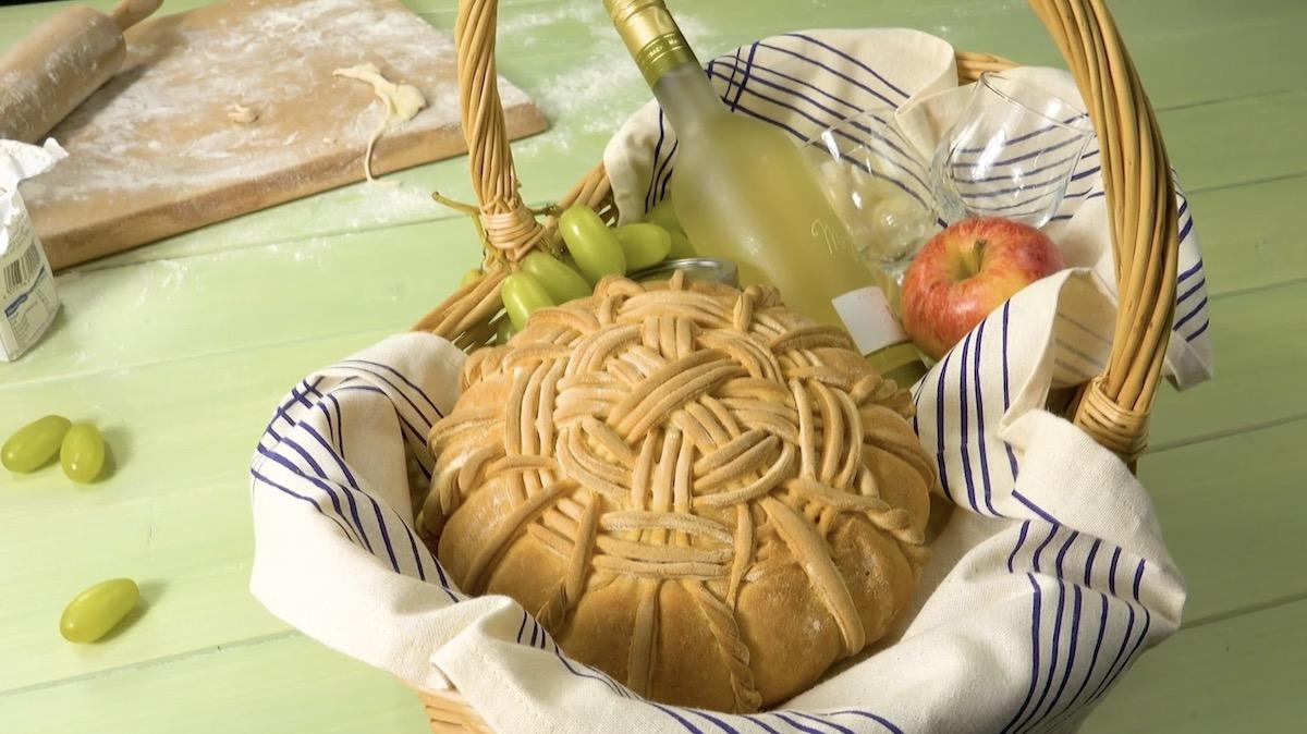 Cesta com pão e vinho