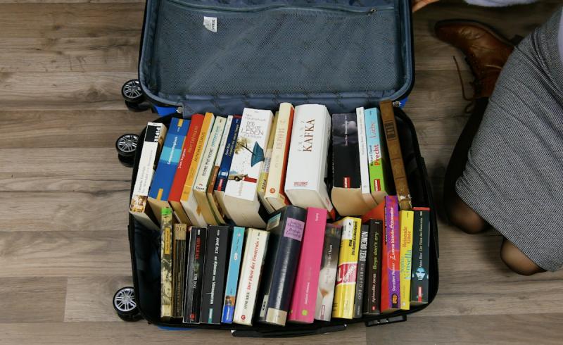 Livros guardados em mala