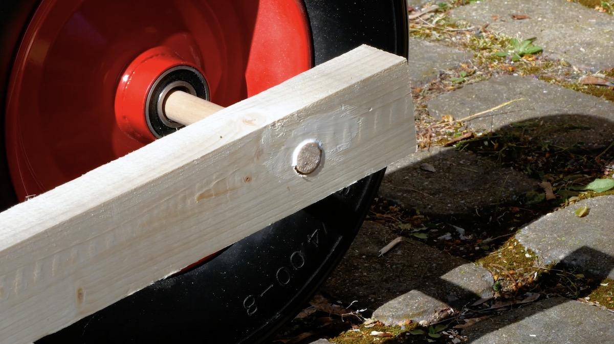 Fixar a haste da roda com cola de madeira