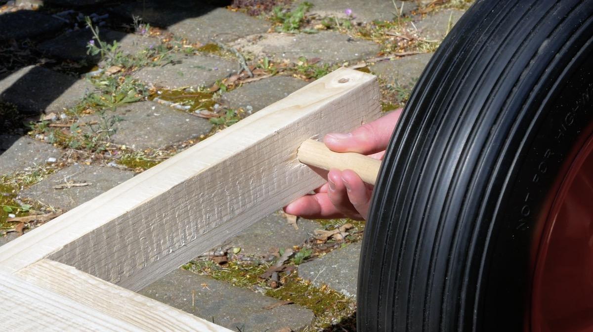 Prender a roda na haste de madeira