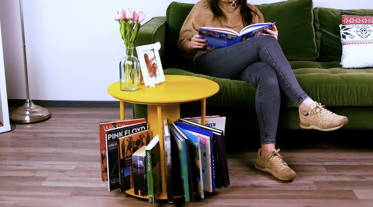 Mesa com revisteiro pronta