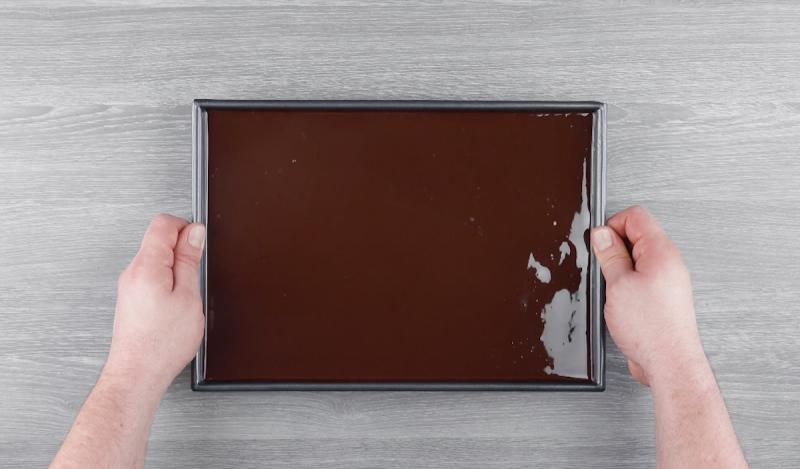 Camada de cobertura de chocolate sobre pudim e bolo