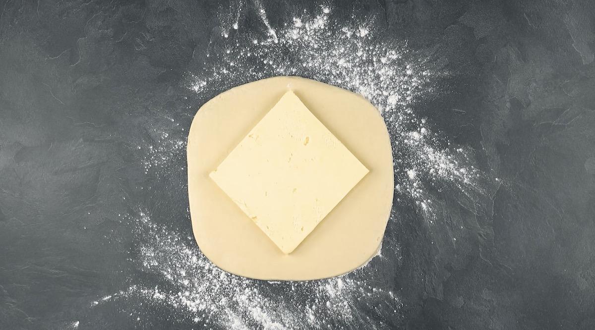 Colocar a manteiga sobre a massa
